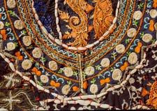 Kaos av att sy tråden på yttersida av indisk patchworkmatta med abstrakta modeller Fotografering för Bildbyråer