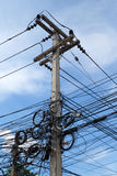 Kaoset av kablar och trådar på elektrisk pol i Bangkok, Thail Fotografering för Bildbyråer