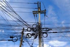 Kaoset av kablar och trådar på elektrisk pol i Bangkok, Thail royaltyfri bild