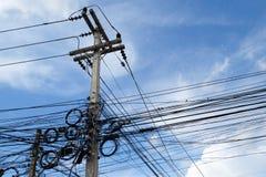 Kaoset av kablar och trådar på elektrisk pol i Bangkok, Thail Royaltyfria Foton