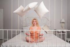 Kaoset som äger rum i cirkeln av den härliga flickan Royaltyfri Foto