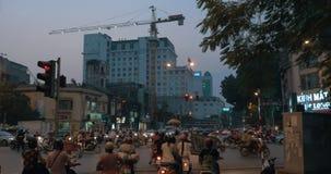 Kaotisk vägtransport i aftonen Hanoi, Vietnam stock video