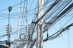 Kaotiskt elektriskt ledningsnät i Thailand Royaltyfri Fotografi