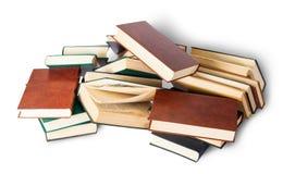 Kaotiskt spridda gamla böcker Arkivbilder
