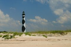 Kap-Ausblick, North Carolina-Leuchtturm vom Strand auf einem sunn stockfoto