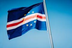 Kap Verdeflagga som vinkar på masten med bakgrund för blå himmel royaltyfri bild