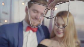 Kapacitet av en begåvad trollkarl Förälskade blicktrick för härliga par av den yrkesmässiga illusionisten stock video