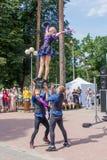 Kapacitet av en grupp av gymnaster p? den Jomas gatafestivalen ?ppet tilltr?de, inga biljetter royaltyfri fotografi