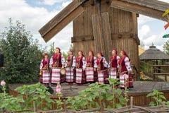 Kapacitet av nationell ukrainsk kör på en handelmässa i Velyki Srorochintsy royaltyfri fotografi