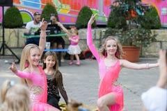 Kapacitet av unga dansare En grupp av unga dansare offentligt dansa i den ?ppna luften Stigande unga dansare Ungarna dansar arkivfoto