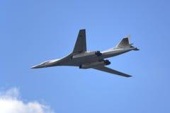Kapacitet för demonstration för bombplan för blackjack för flygplan Tu-160 strategisk Airshow ägnade till celebraen Fotografering för Bildbyråer