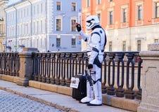 Kapacitet i den öppna luften i St Petersburg pantomim I sommaren av 2016 Gatakapaciteter njutningen av liv royaltyfri foto