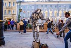 Kapacitet i den öppna luften i St Petersburg pantomim I sommaren av 2016 Gatakapaciteter njutningen av liv Fotografering för Bildbyråer