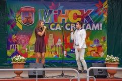 Kapacitet på etappen av den unga sångaren och sångaren Arkivfoton