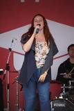 Kapaciteten av den populära sångaren Anna Malysheva och mintkaramellen för popmusikband Arkivfoto