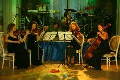Kapaciteten av kvartetten för rad för symfoni för kvinna` s royaltyfria bilder