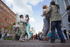 Kapaciteten av tillskyndare och dansare av helheten av den historiska dräkt- och dansimagen Viva Arkivfoto