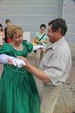 Kapaciteten av tillskyndare och dansare av helheten av den historiska dräkt- och dansimagen Viva Royaltyfri Foto