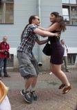 Kapaciteten av tillskyndare och dansare av helheten av den historiska dräkt- och dansimagen Viva Royaltyfria Foton