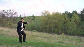 Kapaciteten av Wing Chun vid förlagen på naturbakgrund 4K lager videofilmer
