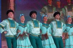 Kapacitetskonstnärer, soldatsolister och dansare av sången och danshelhet av högkvarteren av det nordvästliga militära området Royaltyfri Fotografi