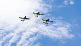 3 kapacitetsstr?lar som flyger i tandemcykel, p? en bl? himmel med vita moln royaltyfri fotografi
