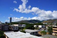 Kapahulustad in Honolulu met huizen, flatgebouwen met koopflats, en bergen van T Stock Afbeeldingen