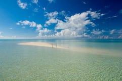 Kapalai热带异乎寻常的海岛秀丽沙子  库存照片