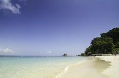 Kapas海岛,马来西亚由清楚的蓝色海围拢了并且离开了白色沙子海滩 免版税图库摄影