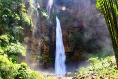 Kapas Biru vattenfall - Indonesien arkivfoton