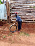 KAPCHORWA东部乌干达戏剧的非洲孩子与轮胎 库存照片