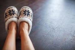 Kapcie na kobiety ` s nogach Obraz Royalty Free