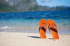 Kapcie na piasek plaży Zdjęcia Stock