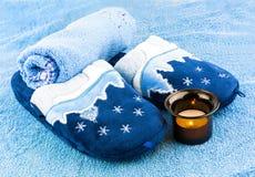 Kapcie z ręcznikami i świeczką Obrazy Stock