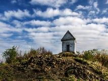 Kapel bovenop de heuvel Stock Afbeelding
