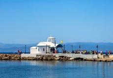 Kapel door het overzees in Griekenland stock afbeeldingen