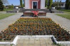 Kapel en ster met eeuwige brand dichtbij het huis van cultuur dichtbij het centrale vierkant in Oktyabrsky-regeling Stock Afbeelding