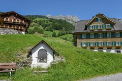 Kapel en traditioneel chalet in Engelberg op Zwitserland royalty-vrije stock foto's
