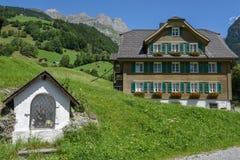 Kapel en traditioneel chalet in Engelberg op Zwitserland royalty-vrije stock afbeeldingen