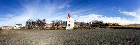 Kapel, grashuis, blauwe hemel, Glaumbaer, IJsland Royalty-vrije Stock Foto's