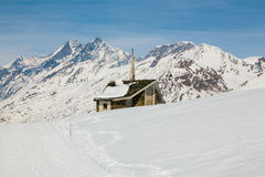 Kapel op de sneeuwberg met de achtergrond van Matterhorn Stock Fotografie