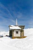 Kapel op de sneeuwberg met de achtergrond van Matterhorn Royalty-vrije Stock Foto's