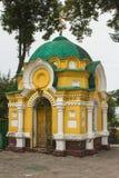Kapel op het grondgebied van de Drievuldigheidskathedraal in Chernihiv ukraine stock foto's