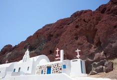 Kapel in rood strand, Santorini Royalty-vrije Stock Fotografie