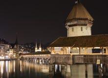 Kapel 's nachts brug Stock Afbeelding