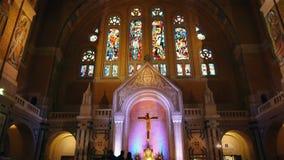 Kapel van de Basiliek Heilige Therese van Lisieux, Normandië Frankrijk, SCHUINE STAND stock videobeelden