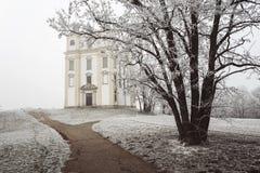 Kapel van St Florian in de wintermist Stock Foto