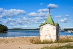 Kapel van St John Doopsgezind op banken van Sheksna-Rivier, dichtbij het gebied van het Kloostervologda van Voskresensky Goritsky royalty-vrije stock fotografie