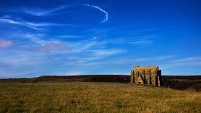 Kapel vooraanzicht in zonnig landschap Stock Foto's