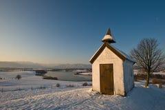 Kapel in Winters landschap royalty-vrije stock fotografie
